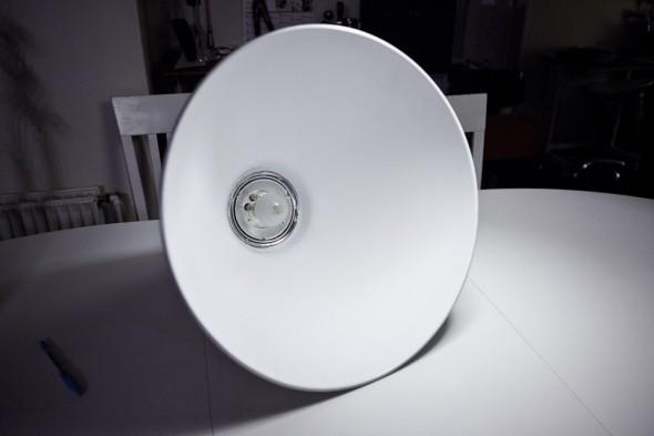 DIY Beauty Dish: Dishen monteret på Elinchrom flash lampe.