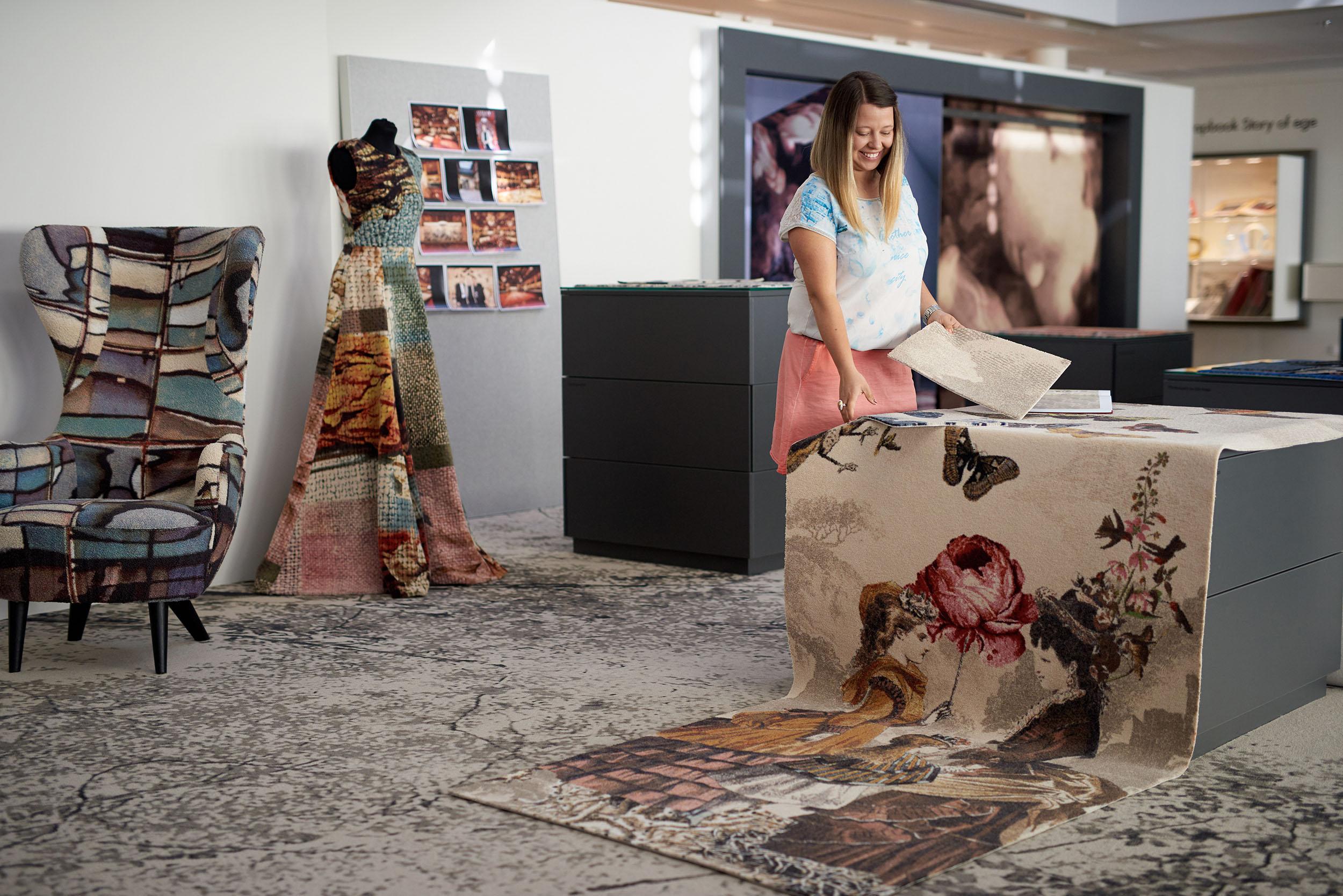 Portræt af tæppe designer