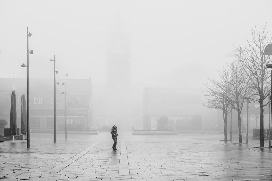 Herning kirke set fra torvet og indhyldet i tåge