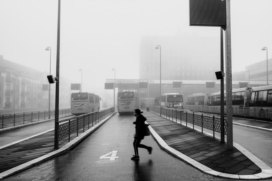 Ung pige i løb for at nå bussen på Herning station