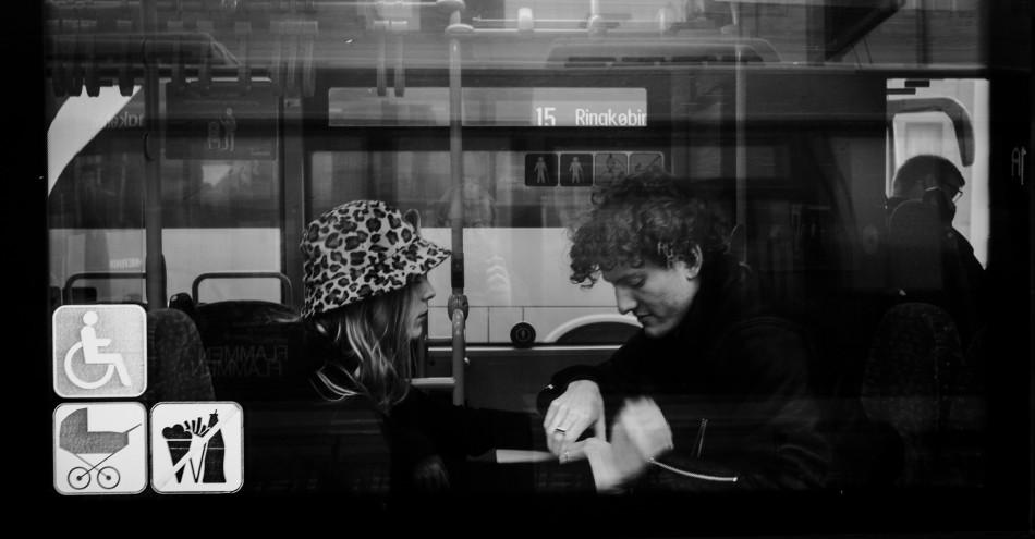 Ungt forelsket par i bussen