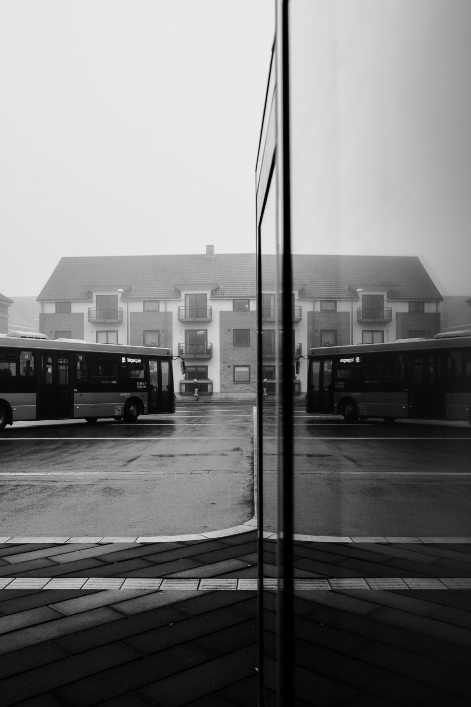 Bybus forlader terminalen både i virkelighed og spejling