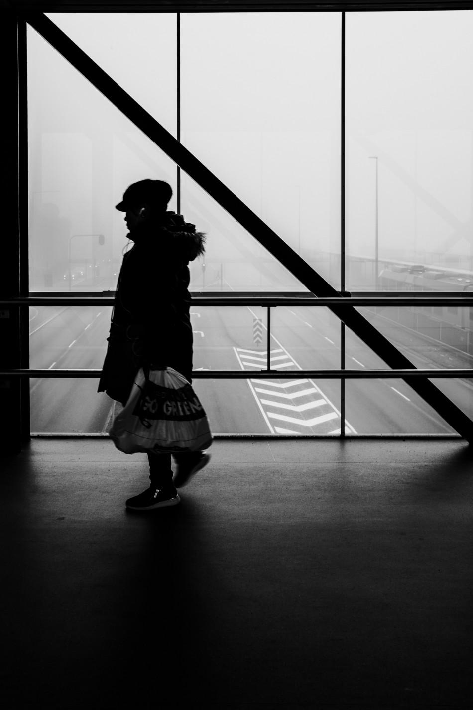 Kvinde krydser gangbro i Herning