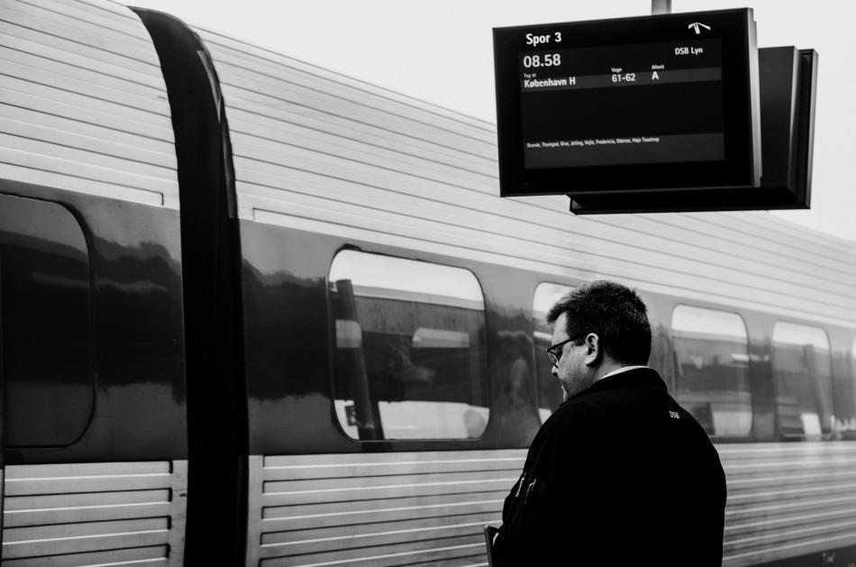 Tog konduktør fra DSB klar til at byde velkommen i toget fra Herning til København