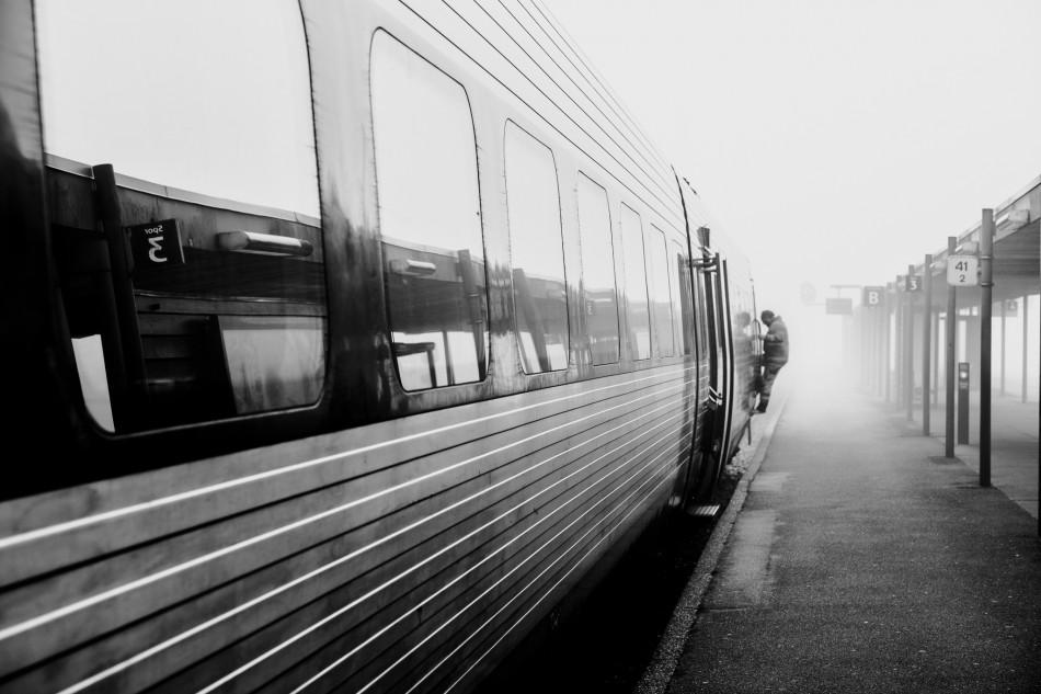 Togcheføren stiger på IC3 toget i Herning