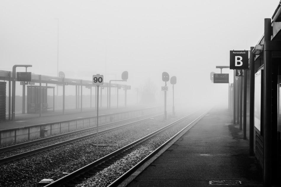 Fotografen har fanget jernbanen i Herning indhyldet i tåge