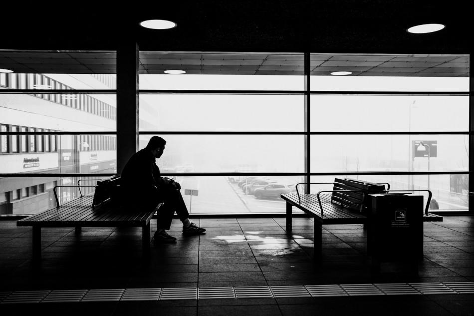 Grafisk / kunstnerisk fotografi af person på Herning banegård