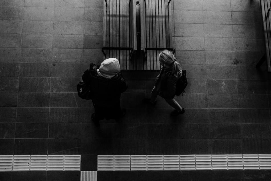 Unge piger fotograferet oppe fra og ned på Herning Bus terminal