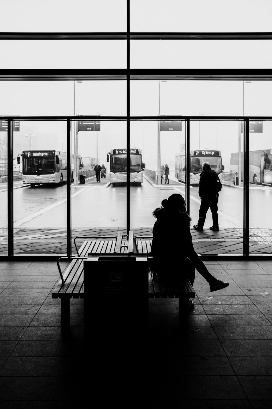Billede af person der venter på bussen på Herning station