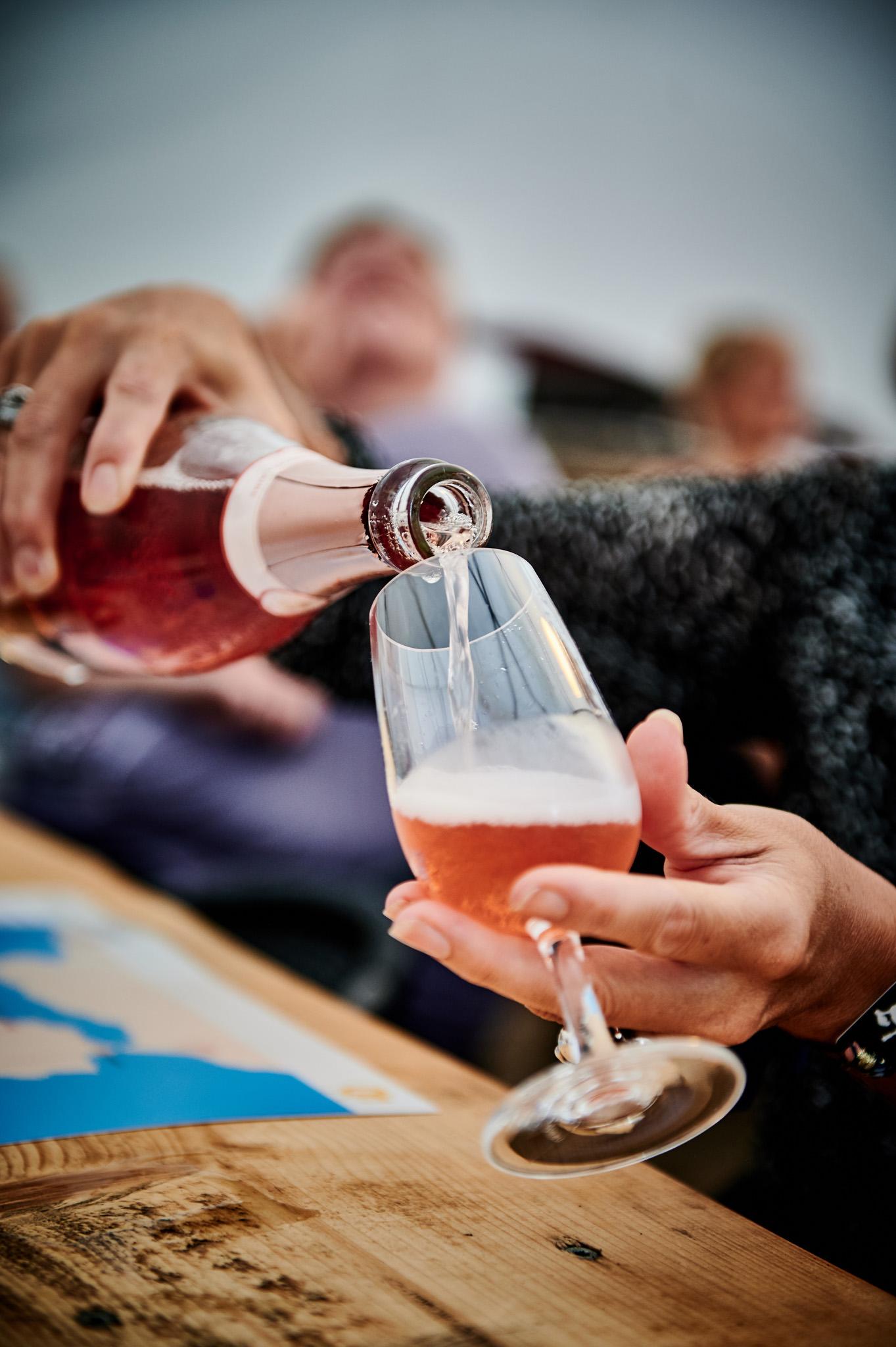 Røde bobler i glasset til Rose smagning
